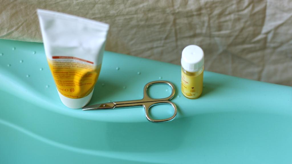 Optionalin der Erstausstattung Babypflege: eine abgerundete Nagelschere