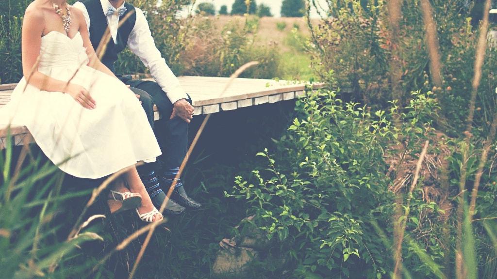 Auch das Brautkleid und der Outfit für den Bräutigam ergänzt eine nachhaltige Hochzeit