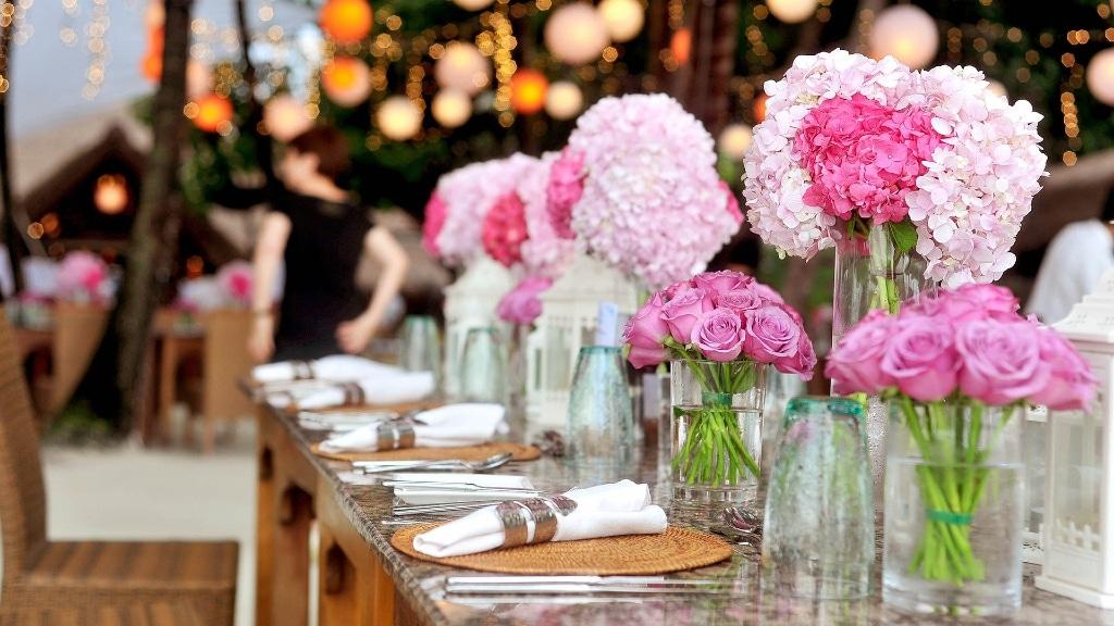 Der Blumenschmuck und die Dekoration machen eine nachhaltige Hochzeit aus.