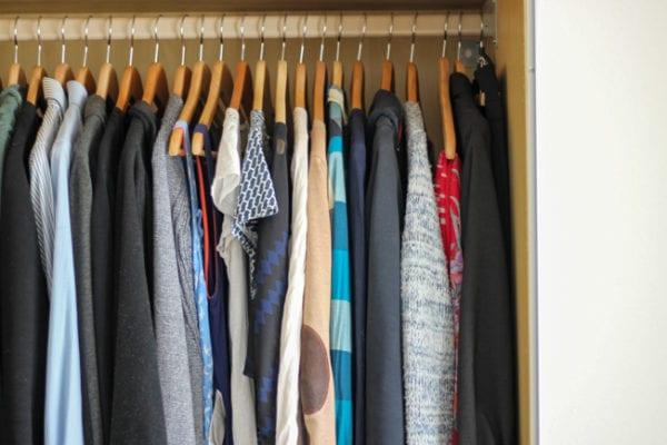 Minimalistischer Kleiderschrank: 3 Fragen für einen bewussten Kleidungskonsum