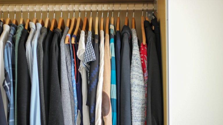 Minimalistischer Kleiderschrank