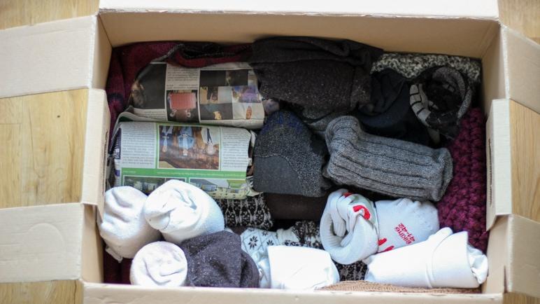 Mit Socken und Schals die Umzugskartons polstern